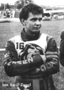 W 1980 roku Dariusz Bieda pomyślnie przechodzi przez egzamin na licencję żużlowca