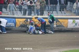 W drugim wyścigu spotkania z Unibaksem Toruń kontuzje odnieśli: Michał Szczepaniak (kask czerwony) i Lee Richardson (kask niebieski)