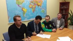 Działacze Włókniarza podczas podpisywania kontraktu z Danielem Jeleniewskim (drugi z prawej).