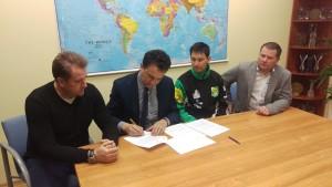 W siedzibie firmy KiM Group parafowano także oficjalnie kontrakt z Rafałem Trojanowskim (drugi od prawej)